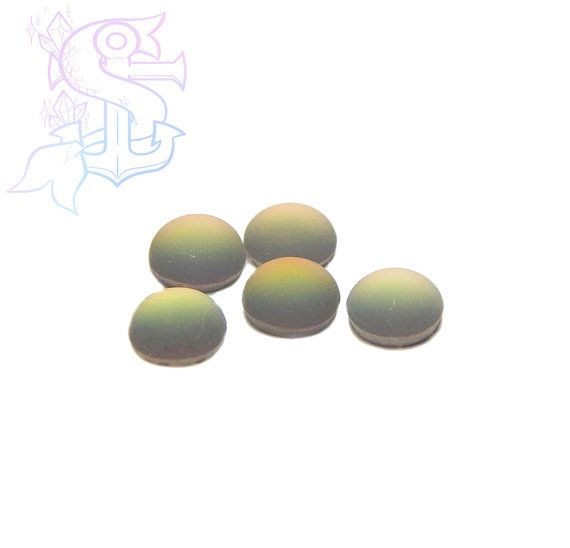 You will receive 5 cabochons. Color shifts from teal, green, yellow, orange, and sometimes pink, due to the artisanal nature of the item. They can be used for different purposes as fine handmade jewelry, and many others craft project! Please allow a minimum color differences due to different monitor settings from mine to yours! (¯`·.¸¸.-> °º Cabochon measurements: 6mm º° <-.¸¸.·´¯)  .•°¤*(¯`★´¯)*¤°°¤*(¯´★`¯)*¤°•..•°¤*(¯`★´¯)*¤°°¤*(¯´★`¯)*¤°•..•°¤*(¯`★´¯)*¤°  *Shipping method informations…