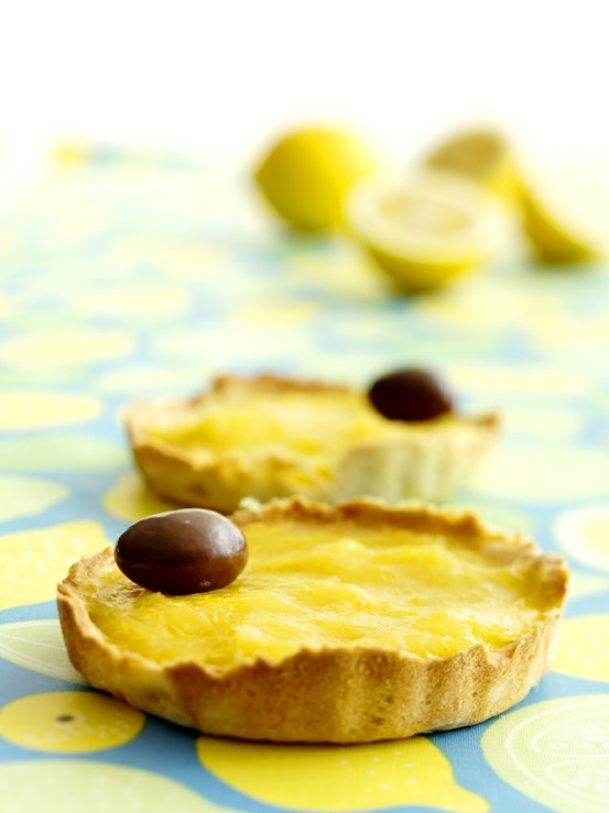 Kirpeän makeat sitruunatarteletit: http://www.dansukker.fi/fi/resepteja/sitruunatarteletit.aspx Kokeile ja ihastu! #tarteletti #leivos