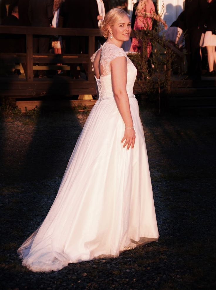 Wedding photo bride in sunset weddingdress open back