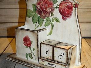 Здравствуйте Уважаемые мастера и посетители ЯМ! Хочу вас побаловать еще одним мастер-классом (пока последний из закромов) по созданию календаря с «Живыми розами». Надеюсь, что для начинающих мастеров эта техника будет интересна! Итак, для работы нам нужно: 1.Заготовка 2. Акриловая краска коричневая, слоновая кость 3. Свеча 4. Мастихин 5. Салфетка 6. Распечатка на фотобумаге 7.Битум 8.Лак «Кива» 9.