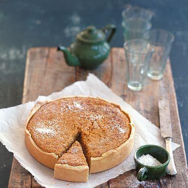 Pumpkin-Pie – Kürbiskuchen: Er ist die Krönung jedes herbstlichen Essens: Pumpkin-Pie - Mürbeteig, gefüllt mit einer Creme aus Kürbispüree, Gewürzen, Mandeln und Sahne.