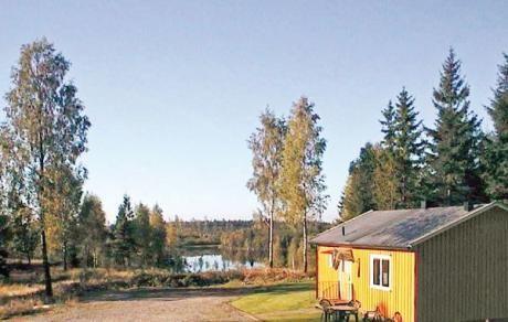 Mården  In het mooie en rijke merengebied tussen Småland en Halland ligt dit vakantiehuis naast 3 identieke huize met meerzicht op een natuurgrondstuk omgeven door bossen. Het vakantiehuis is gerenoveerd en uitgerust met goede en functionele meubels. De huiseigenaar een bekende jacht en visgids is u graag van dienst. Boot moter en kano kunnen worden gehuurd bij zowel het meer Kvarnsjö (100 m) en Fegen (1 km) waar u karpers paling en baars kunt vangen. Op 10 km van het huis kunt u wildvissen…