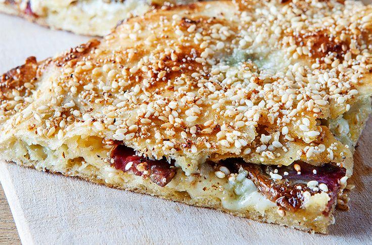 """YAĞ SOMUNU  YAĞ SOMUNU HAKKINDA Konya pide fırınında pişmiş hamur ekmeğe verilen isim """"Somun""""dur . Konya'da özellikle pazar günlerinin kahvaltı geleneği, içinde küflü peynir olan pidedir  Afiyet Olsun"""