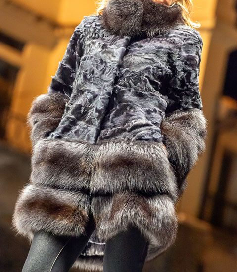 Coat with collar, cuffs and side dishes in fur