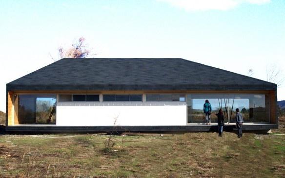 Casa de madera y techos inclinados de teja asfaltica - Tejas para casas de madera ...