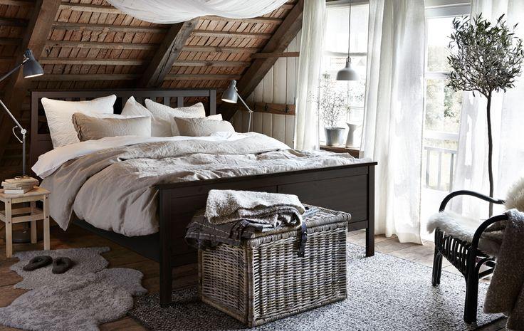 IKEA propose des meubles rustiques pour la chambre comme le cadre de lit HEMNES en pin massif teinté brun-noir. Le cadre de lit est robuste avec des détails de style traditionnel et artisanal.