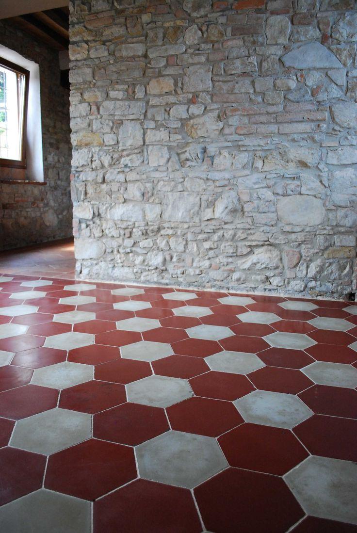 Pavimento in cementine esagonali bianche e rosse antiche.  #cementine #pavimenti #tiles