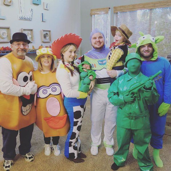 Dailey bumps family dresses like toy story