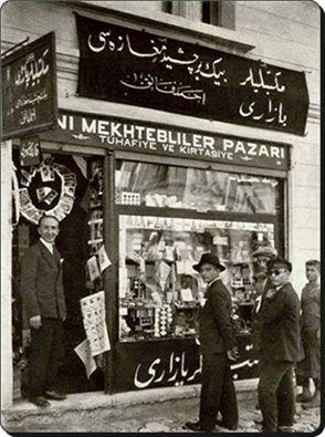 Latin harflerine geçişte dükkân sahipleri,tabelalarnı hem Arapça harflerle hem de Latin harfleriyle yapıyorlardı.1929