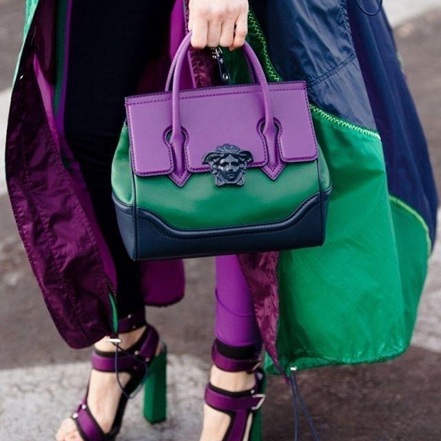 Se sua mãe faz a linha fashionista certamente vai adorar a nova bolsa 'Empire' da @versace_official. A boa notícia é que o modelo já está disponível no Brasil! #LOFFama #versace  via L'OFFICIEL BRASIL MAGAZINE INSTAGRAM - Fashion Campaigns  Haute Couture  Advertising  Editorial Photography  Magazine Cover Designs  Supermodels  Runway Models