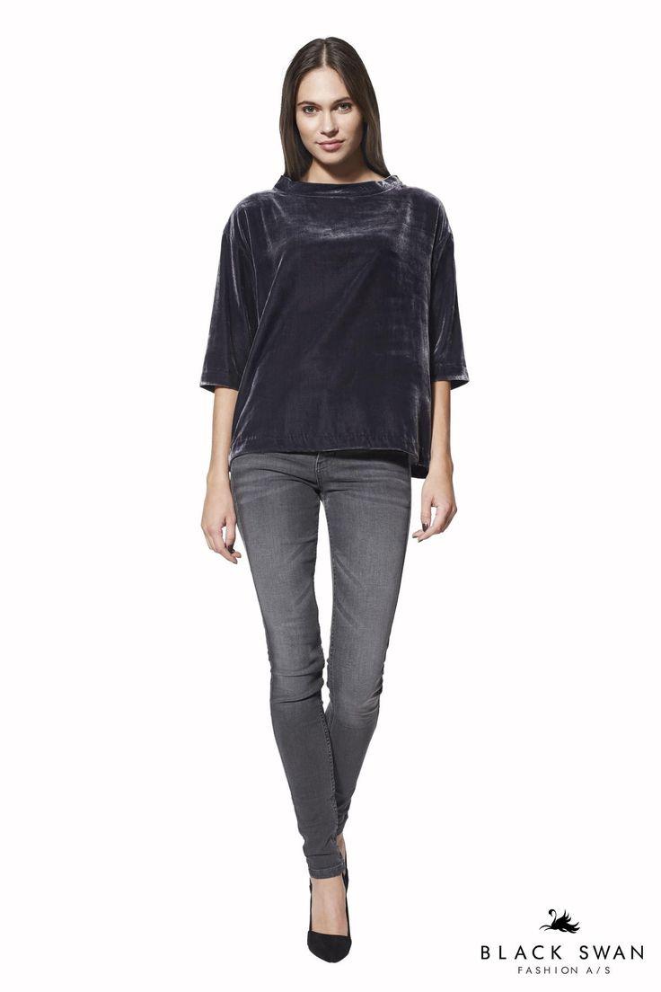 Smuk dybblå viscose velour top som er super let at sætte til både jeans og bukser, og den brede hals med lille krave giver toppen et super feminint snit. Cool soft velvet top. Black Swan Fashion