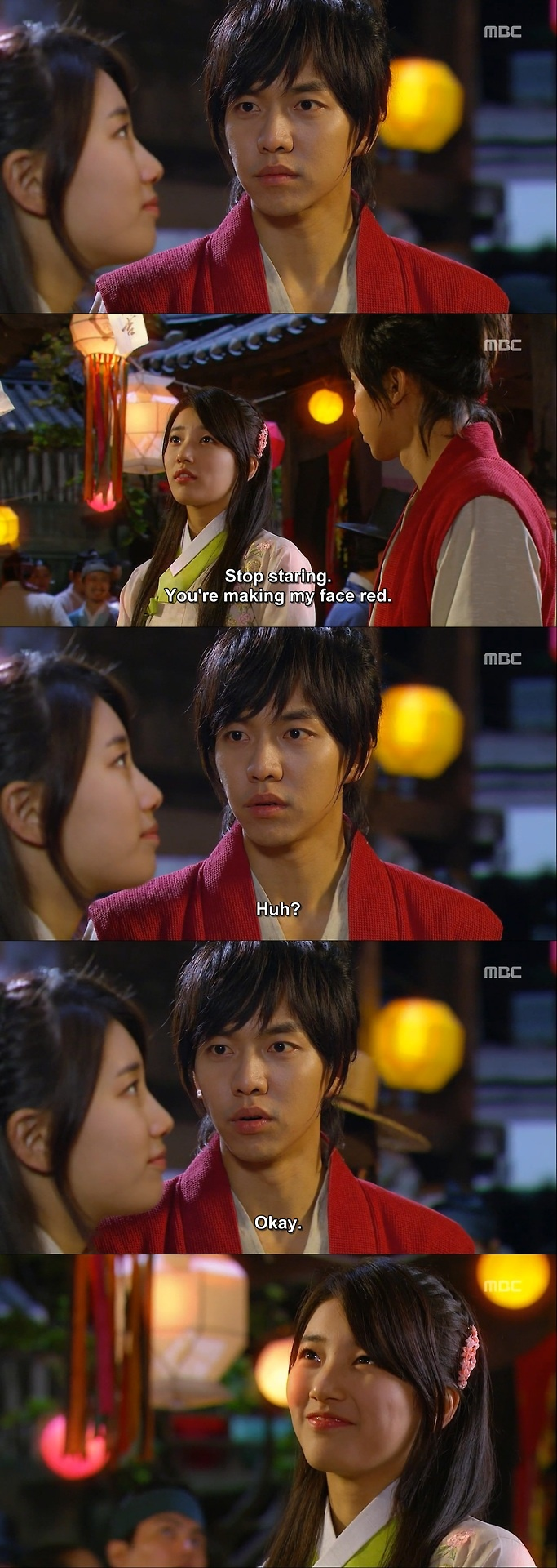 """Kang Chi: """"¿Pero esa no es mi linterna de deseos?"""". Yeo Wool: """"¿Qué? Esa es mi linterna de los deseos. Que puedas encontrar el Libro de la Familia Gu y convertirte en humano. Ese es mi deseo""""- Kang Chi no puede dejar de mirarla- """"Deja de mirarme, me vas a hacer un agujero en la cara""""- Kang Chi nervioso deja de mirarla por uno segundos y le sonríe. - Gu Family Book, Episodio 14"""