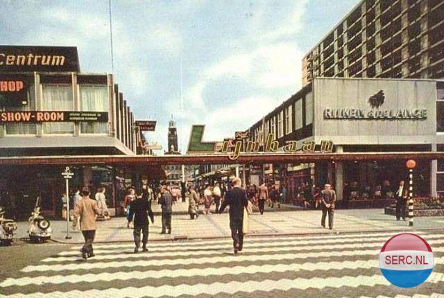 Lijnbaan 1964 - Korte Lijnbaan met op achtergrond het Stadhuis. De winkels aan beide zijden hebben intussen al vele bestemmingen gehad.