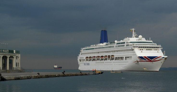 Nave bianca, cielo plumbeo, mare d'acciaio brunito. Ecco, nella sequenza realizzata nella prima mattina di giovedì 13 ottobre, l'attracco alla Stazione maritima di Trieste di Oriana, unità da crociera di P&O.