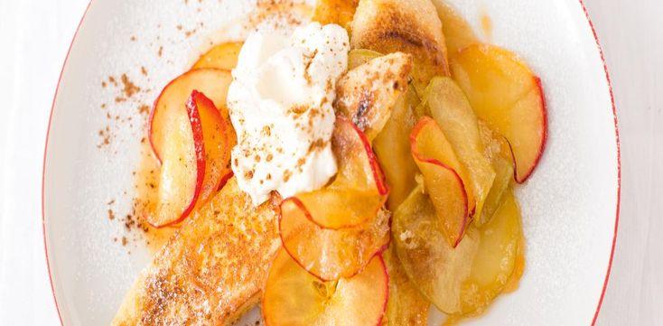 Do kastrolu nebo do hlubší pánve vložím jablka, máslo, tmavý cukr, skořici a vodu, přivedu k varu a na malém plameni nechám táhnout asi 10 minut, až...