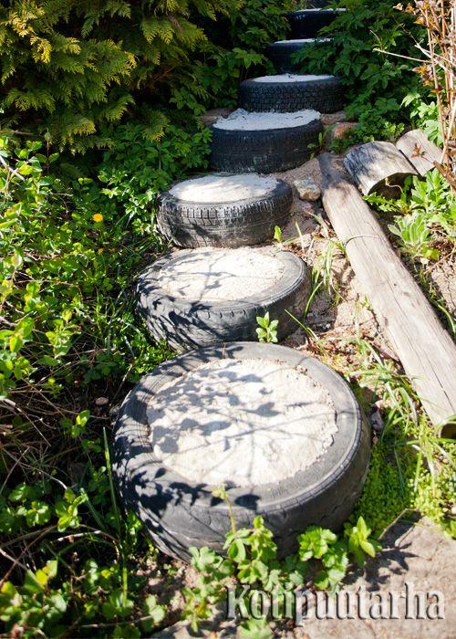 Kekseliäs askelpolku on tehty autonrenkaista. www.kotipuutarha.fi