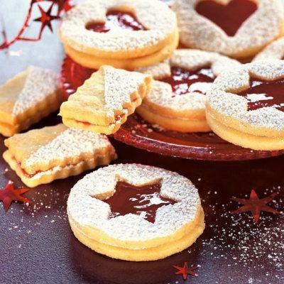 Wirklich Spitzenklasse: Die Kekse aus zartem Mandel-Mürbeteig werden mit fruchtigem Himbeergelee zusammengesetzt und hauchfein mit Puderzucker bestäub...