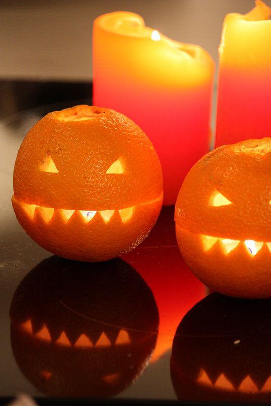 Create mini Jack O'Lanterns from oranges. Just like carving a pumpkin but much faster. / Veikeät Halloween-appelsiinit toimivat niin tuikkukippoina, koristeina kuin huonetuoksuinakin. Vaihtelua koverretuille kurpitsoille.