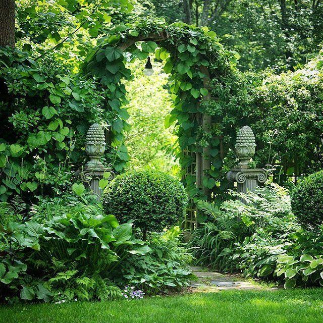 Fügen Sie einen Garten in einem Garten mit einem einfachen Gitter / Zaun und …..