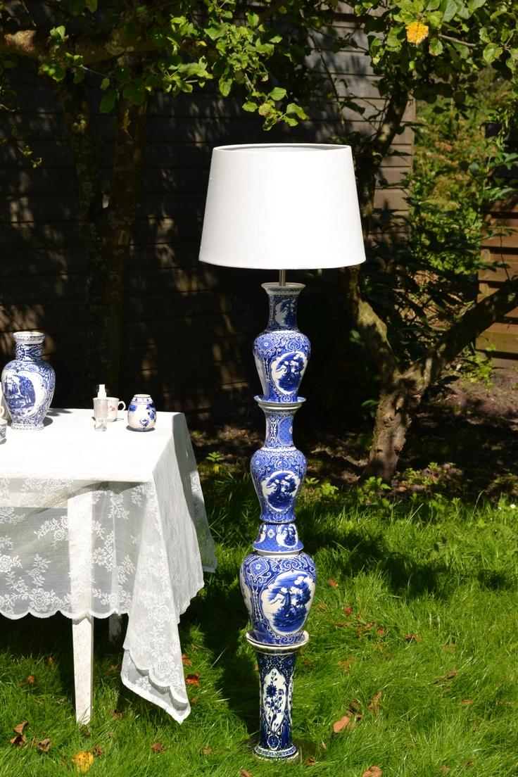 De delftsblauwe vazen, in een heel andere context, maken deze servieslamp tot echt Dutch Design.
