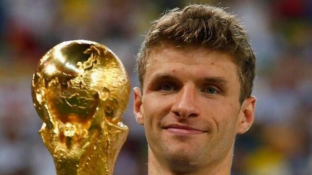 Ahora si hay que ponernos serios porque de este gran jugador no nos podemos burlar. Thomas muller es un jugador alemán que juega en el club bayern de munich, siendo uno de los mejores jugadores alemanes en la historia, ya que fue el goleador del mundial de Sudáfrica 2010 con 7 goles en 6 partidos. Y en el mundial de brasil 2014 llevo a la seleccion alemana a alcanzar su tetracampeonato en un mundial de fútbol.