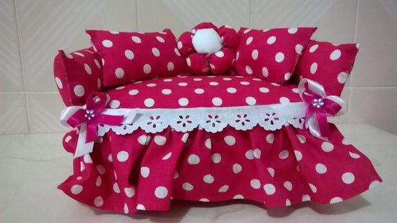 Sofá em tecido na cor rosa choque com bolinhas branca à ...