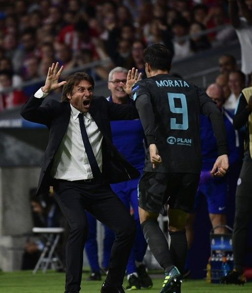 Chelsea's Italian head coach Antonio Conte (L) celebrates with Chelsea's Spanish striker Alvaro Morata (R) after he scored during the UEFA Champions League Group C football match Club Atletico de Madrid vs Chelsea FC at the Metropolitan stadium in Madrid on September 27, 2017. / AFP PHOTO / PIERRE-PHILIPPE MARCOU