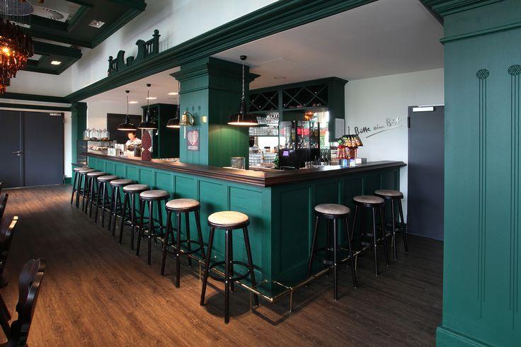 Als klassischer #Kneipenhocker ist dieses Modell wie geschaffen für #Bars und #Clubs, für #Hotelbars und #Musikkneipen - kurz, für alle Locations, in denen Behaglichkeit und rustikales Flair gefragt sind. Der Klassiker unter den Barhockern verfügt über einen stilechten runden #Fußtritt und bietet bei einer kompakten Standfläche. Stuhlfabrik Schnieder. https://www.schnieder.com/gastronomiemoebel/barhocker/barhocker-und-thekenstuhl/hocker-10151.html