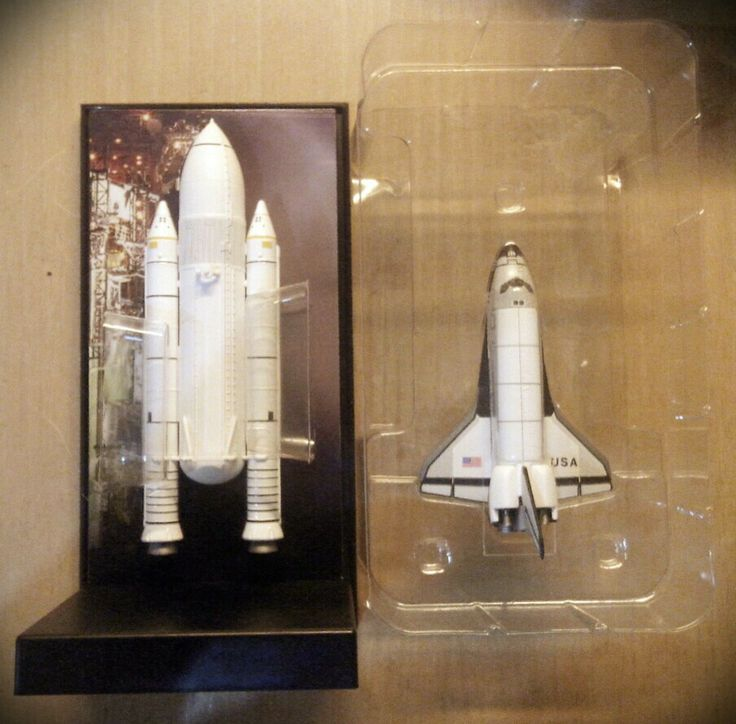 1/400 Space Shuttle Columbia STS-1. Inside the box. The orbiter is heavy metal made piece. While SRBs are die cast, ET is a two piece plastic. Nice finishing.