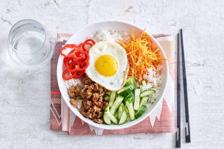 Bibimbap is een typische Koreaans gerecht met als basis witte rijst, groenten en ei. Wij maken 'm deze keer met gehakt. - Recept - Allerhande