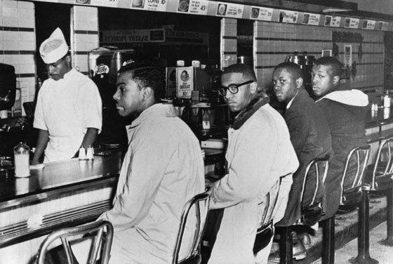 «Сидельцы в Гринсборо» или как четыре человека тоже могут изменить мир Так называемые «Сидельцы в Гринсборо» — это яркий пример того, как четыре человека могут повлиять на несправедливость, по которой живёт целое государство. 1 февраля 1960 года четыре афроамериканских студента сели за столик небольшого кафе Woolworth's в городке Гринсборо. Официант кафе сказал им, что он не будет обслуживать чернокожих, и посоветовал студентам убираться самостоятельно. Однако четверо молодых людей остались…