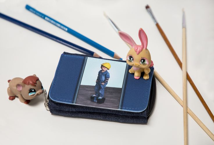 Kolikot, kivet ja muut pienet aarteen joita löytyy matkalta, saa sujautettua lompakon vetoketjulliseen taskuun. Tarvitseehan lapsikin lompakon mukaan.  #lompakko #vinkki #kuvatuote #photoproduct #valokuva #muotokuva #lapsikuva