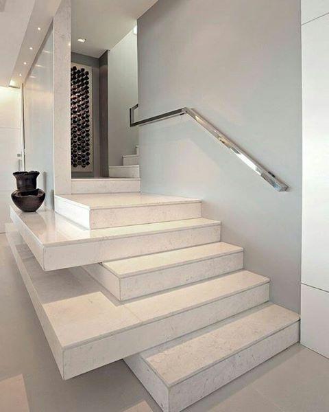 Que tal uma escada diferente?! Aposte em novas idéias para arrasar na decoração 👍❤ Autoria desconhecida.