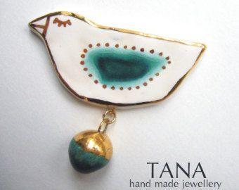 Ceramic brooch, multicolored bird Astrid with gold. Broche céramique, oiseau Astrid multicolore et d or.