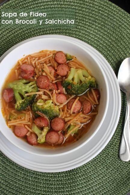 Prepara esta rica sopa de fideo con brócoli y salchicha que encantará a tus niños, ¡es una receta rápida y fácil!