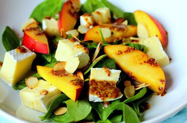Salát s nektarinkami a sýrem Brie