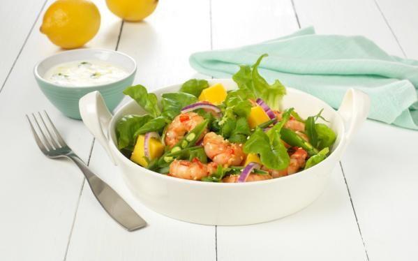 Oppskrift på Salat med ingefær- og chilistekte scampi, foto: