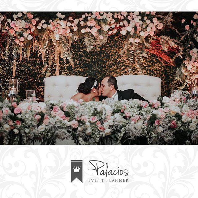 """""""""""Uno siempre recuerda esos besos donde se olvidó de todo""""  Foto: @fabriziofotografia  Decoración: @anemona.bfloral  #WeddingPlanner #Wedding #BodaAmairaniyCesar #BodasDestino #Chiapas #Bodas #BodasPalacios"""" by @palacioseventplanner. #свадьба #невеста #prewedding #casamento #marriage #noiva #bridalstyle #weddingfashion #weddingdream #weddingidea #bridalinspiration #bridalinspo #rusticwedding #bridalgown #bridaldress #свадебноеплатье #vestidodenoiva #couture #gelinlik #gown #bridesmaids…"""