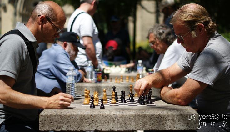 Partie d'échec avec amateurs au hasard dan sun parc de Toronto -  photo trouvée sur le blogue de voyage de Seth et Lise.