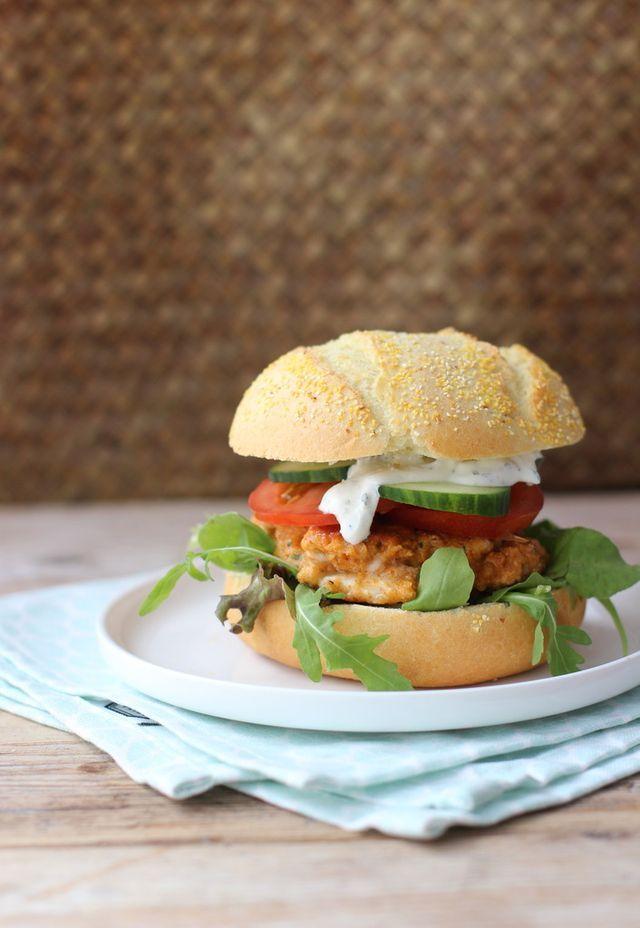 Vorige week kon je al een recept voor zelfgemaakte hamburgers op onze website vinden. Omdat het zo'n groot succes was, hebben we snel nog een burger in elkaar geknutseld, namelijk een kipburger! Het k