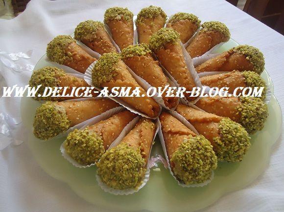 Bonjour ,salamo3alaykom Je vous propose ces cornets pour vos soirée de ramadan avec un thé , Ingrédients: * 3 mesures de farine *01mesure de grains de sésames (Djeldjelenes ) grillé *01 mesure moins 1 doigt de margarine fondue *01 oeuf ,1 pincée de sel...
