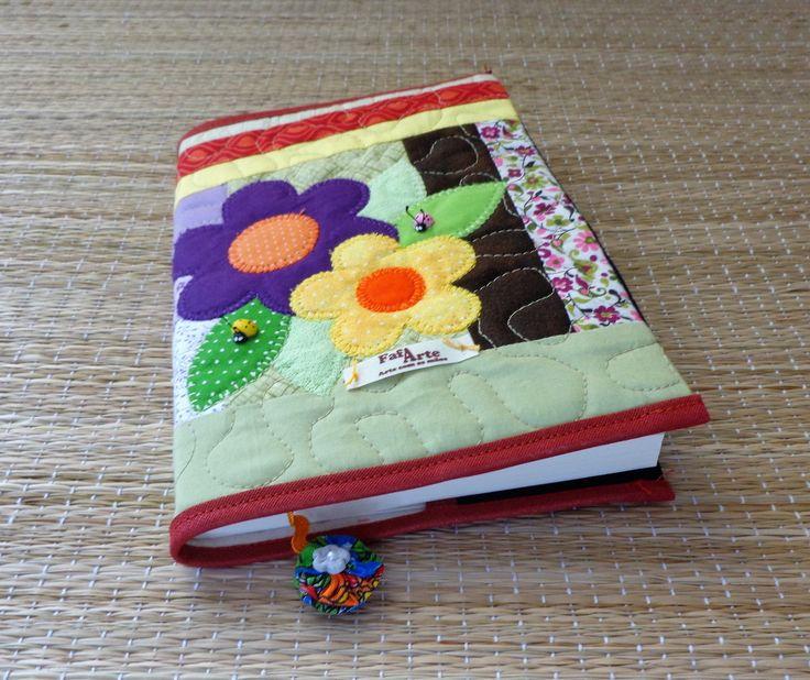 Capa para livro , agenda ou caderno em patchwork confeccionada em tecido de algodão, estruturada com manta acrílica,forrada, com aplicações e marcador de páginas. Medidas aproximadas :15 cm X 23 cm (capa fechada) Cabe um livro de até 2 cm de espessura (tamanho de livro padrão = 14 X 21cm) OBS...