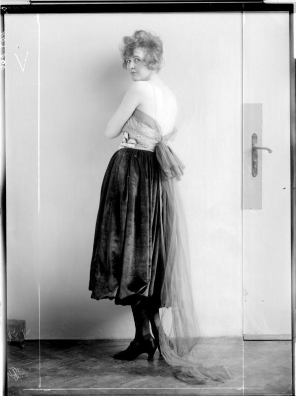 """Kleid der """"Wiener Werkstätte"""" von Eduard Josef Wimmer-Wisgrill entworfen Description: Dame in einem Kleid mit Spagettiärmel und Schleppe Creator: Madame d'Ora, Atelier Date: 1920-09-14"""