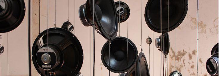 Lors du mixage, un morceau de musique est produit à partir du son séparé des différents instruments. La séparation de sources audio cherche à inverser cette étape.