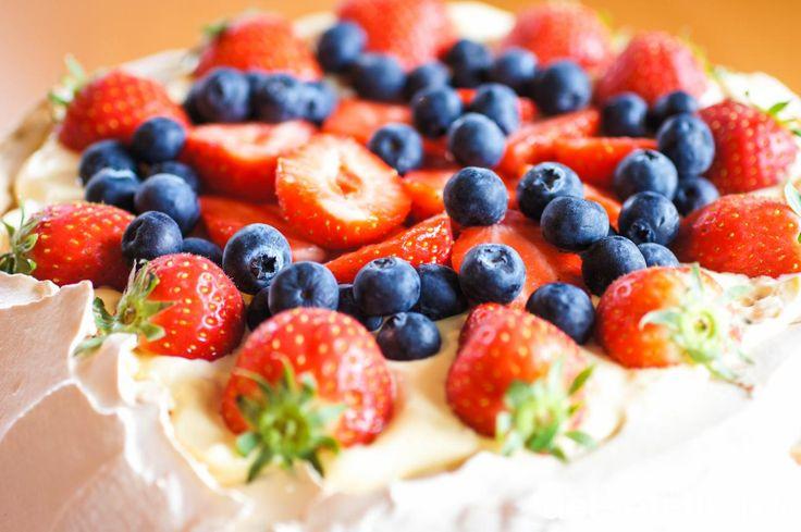 """En nydelig vri på en all time klassiker! Her har den berømte marengskaken """"Pavlova"""" fått følge av råkrem og friske bær. Råkrem er en blanding av eggedosis og pisket krem og smaker usedvanlig godt sammen med friske bær. Dette er rett og slett en drøm av en kake!"""