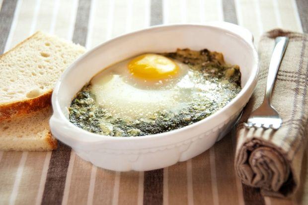 400 grammi di spinaci freschi-1 cipolla-4 uova-50 grammi di pancetta-2 fette di pane bianco mezzo bicchiere di panna fresca parmigiano reggiano, noce moscata,olio,burro,sale