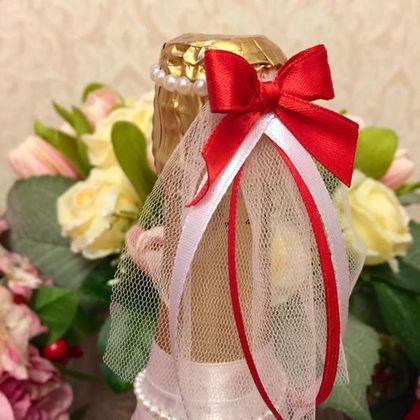 Купить или заказать Свадебные бутылки в интернет-магазине на Ярмарке Мастеров. Яркие красочные свадебные бутылки в виде жениха и невесты станут роскошным и трогательным дополнением к оформлению праздничного стола для молодоженов. Костюм жениха выполнен из атласных лент, декорирован бабочкой (по желанию клиента возможен галстук или шейный платок) и маленькими бусинами в виде жемчужин. Наряд невесты также выполнен из атласных лент, а юбка и фата из сетки (по желанию клиента…