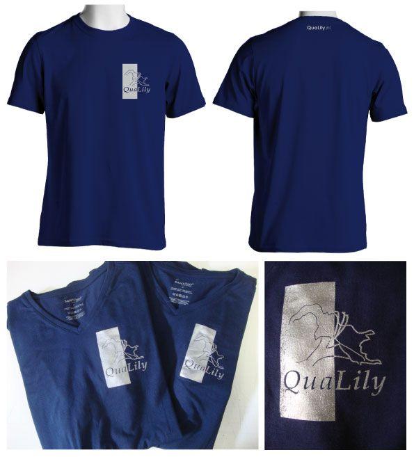 Bij Qualily lopen de mensen in nieuw bedrukte t-shirtjes die wij in een zilveren kleur hebben gezeefdrukt. Daardoor springt het logo goed van het donker blauwe shirt af.