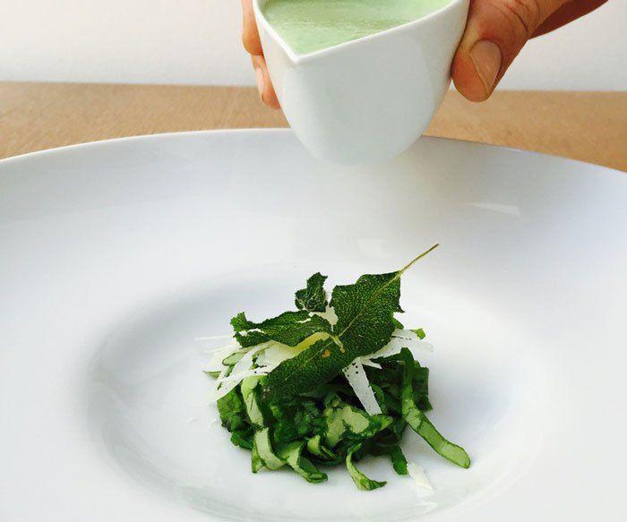 Kalte Kopfsalatsuppe mit Dijon-Senf, gebackenem Salbei und Parmesan