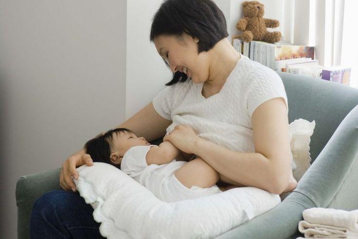 ¿Cuánta proteína necesita una madre en época de lactancia?. Una madre lactante aumenta las necesidades nutricionales debido a la energía y los nutrientes faltantes para producir leche materna adicional. Uno de los muchos nutrientes necesarios en la dieta de una madre que amamanta es la proteína. ...